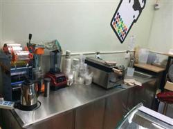 郑州奶茶店设备回收 高价回收饮料设备 水吧台 制冰机 自动封边机 开水机